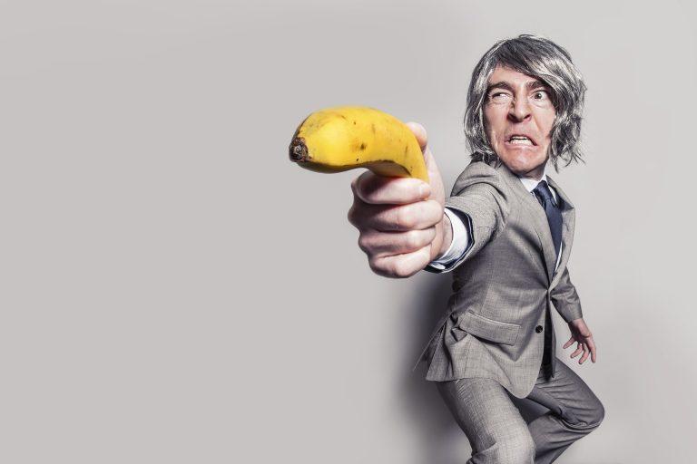 man schiet met banaan
